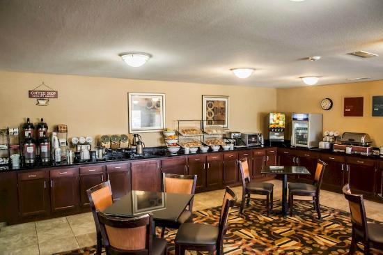 Comfort Inn & Suites Eastgate: Breakfast Counter