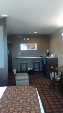 Microtel Inn & Suites by Wyndham Council Bluffs: Nice to have seperate bar with stools and sink by microwave, fridge and coffee maker.