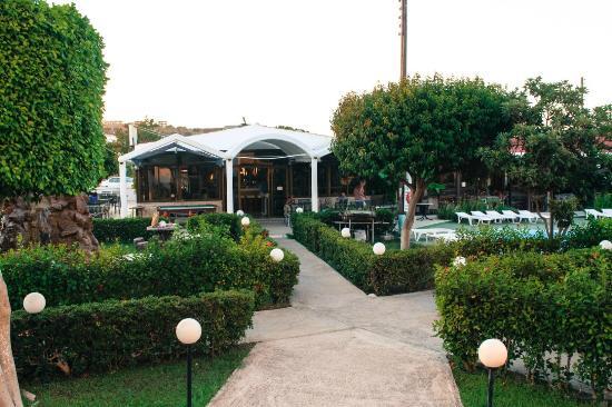 Tsampika Hotel : Вечером зажигаются фонари и сад чудесен