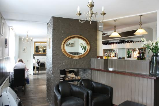 Howlett End, UK: A welcoming fire and leather easy chairs for relaxing