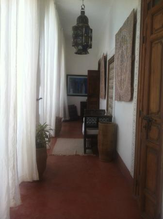 Riad Barroko: 1st floor hall way