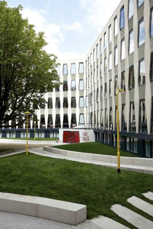 The Student Hotel Amsterdam West: Garden with BBQ & basketball court