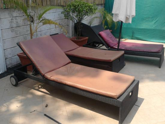 The Royale Assagao : fading untidy sunbeds