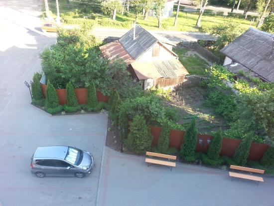 Hotel Koral: Вид из окна на бесплатную стоянку и нашу машинку.