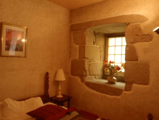Hotel Creperie Roc Maria: Murs épais, chambre claire, intimité et confort.