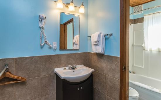 Bluebird Motel: Family/Deluxe Suite Bathroom