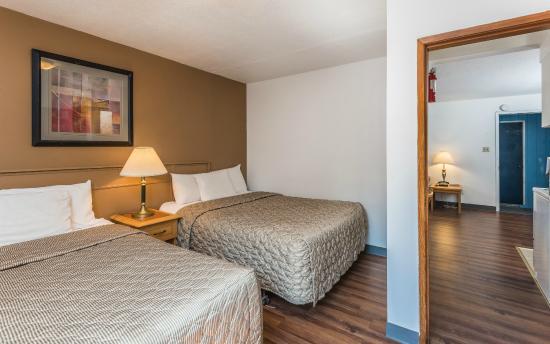 Bluebird Motel: Family Suite (2 Queen Bed) Bedroom