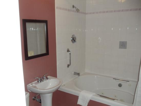 SeaWind Landing Country Inn: our bathroom