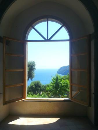 finestra chiesa esagonale foto di castello aragonese