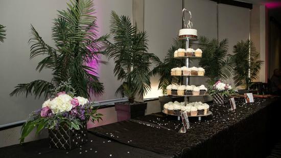 BEST WESTERN PREMIER C Hotel By Carmen's: Cake table