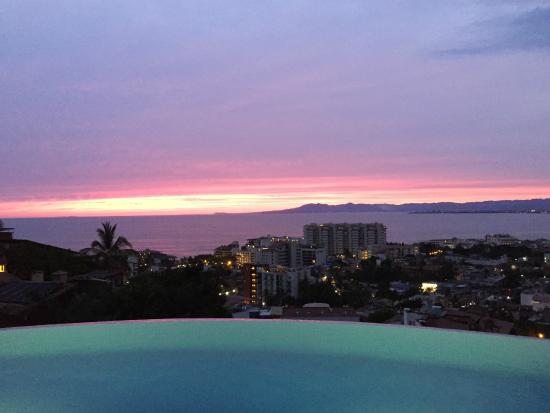 Casa Yvonneka: Sunset from pool deck