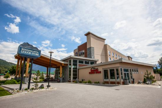 BEST WESTERN PLUS Revelstoke: Exterior Entrance & Liquor Store
