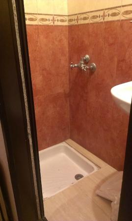Hotel Guynemer: Kleines Bad ohne Duschvorhang