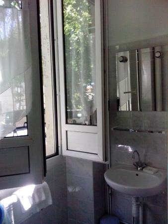 Hotel Central: Ванная с окном