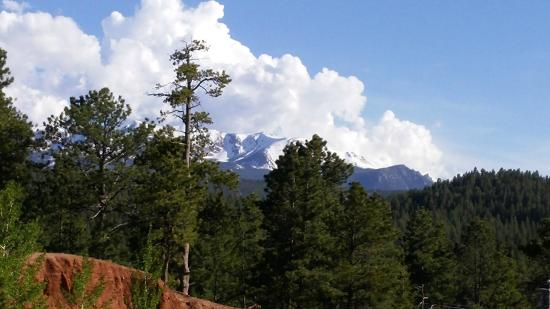 Woodland Park Country Lodge: Beautiful view of Pike's Peak off the back deck of the Country Lodge