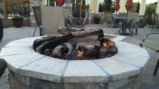 Woodland Park Country Lodge: Fire Pit on back deck of the Country Lodge