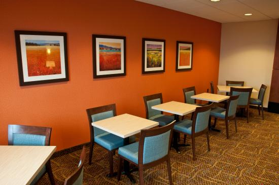 Fairfield Inn & Suites Sault Ste. Marie: Breakfast Sitting Area