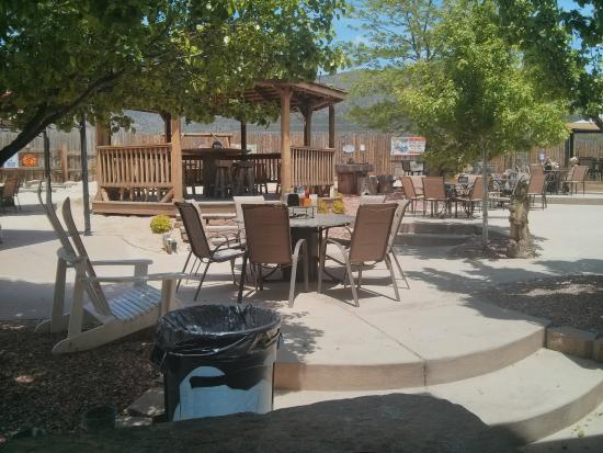 Whitewater Bar & Grill: Out on the lovely patio