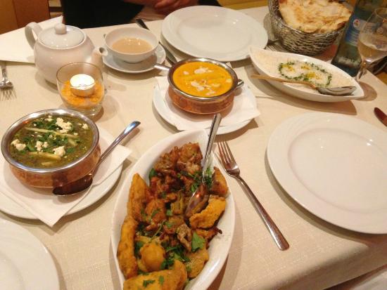 Swarg: (von links) Palak Paneer, Gemischte Vorspeisen, Chicken Mango