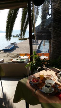 Hotel Tolo: salle petit dejeuner..sur la plage