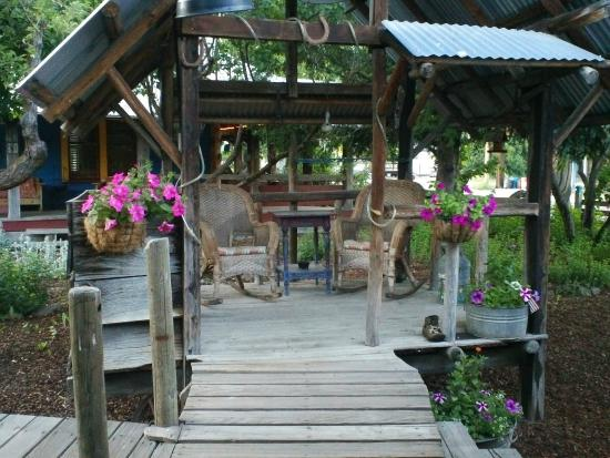 Halfway, Όρεγκον: Sitting area next to Lodge with attached lighted boardwalks