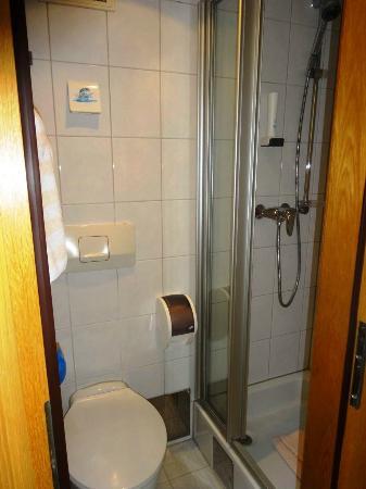 Hotel Garni Helvetia: Miniscule bathroom