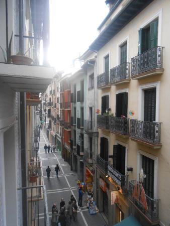 Hostel Bearan: Vista hacia la calle desde el balcón.