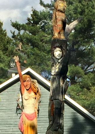 Domaine Les Boises Lee Farm : Totem Poles in the Front Yard