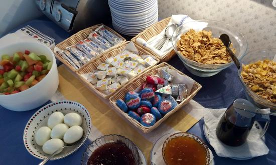Maplewood Inn & Motel : Healthy, light breakfast with a variety of food to choose from.