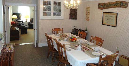 Maplewood Inn & Motel : Overflow breakfast room, often used by bigger parties or families.