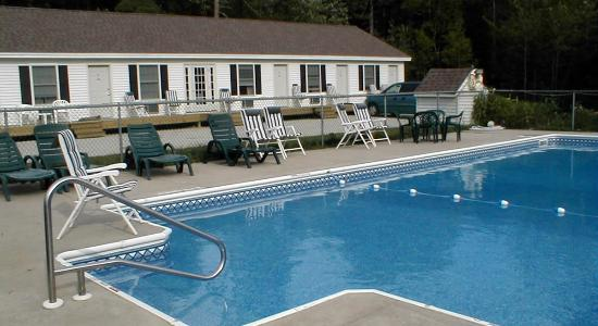 Maplewood Inn & Motel: The pool invites for a cool dip or just relaxing with a good book.