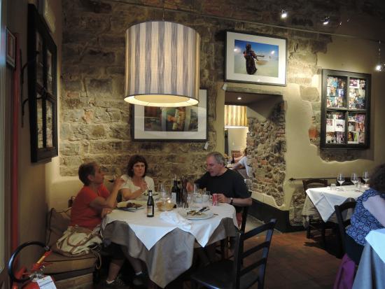 Trattoria 4 Leoni: interior feels Italian