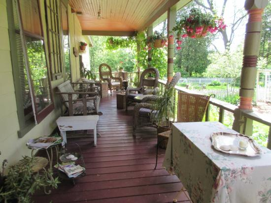 Apple Tree Lane Bed & Breakfast: Beautiful back porch to sit and relax and look at the garden.