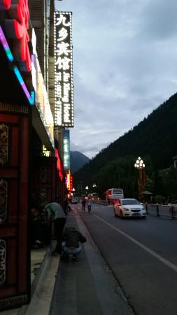 Jiuxiang Hotel: 15 min walk to entrance of Jiuzhaigou Park