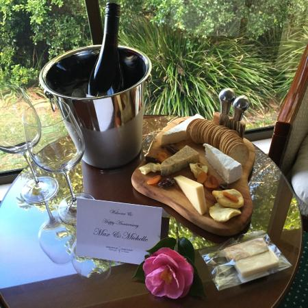 Mountain Sanctuary B&B: Cheese, wine & local fudge