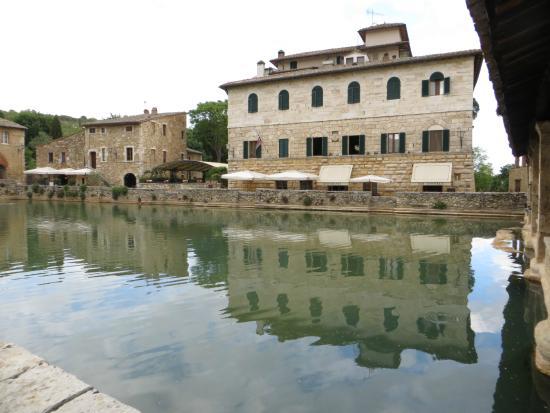 I palazzi medievali si affacciano sulla piazza - Foto di Terme Bagno ...