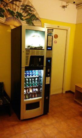 Hotel Touring: Это автомат с напитками и снеками.