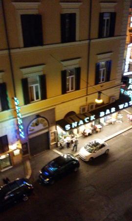 Hotel Touring: Вид из окна на вечернюю улицу.