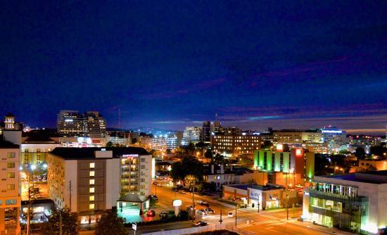 Courtyard Nashville Vanderbilt/West End: Exterior at Night with Skyline