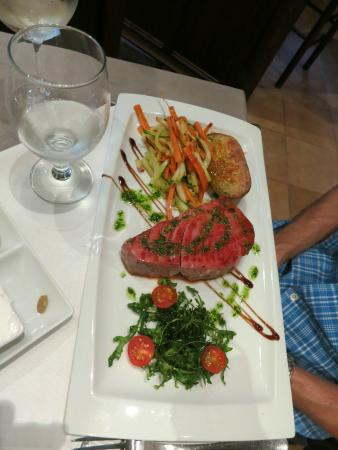 So Caprichos: tuna filet with vegetables