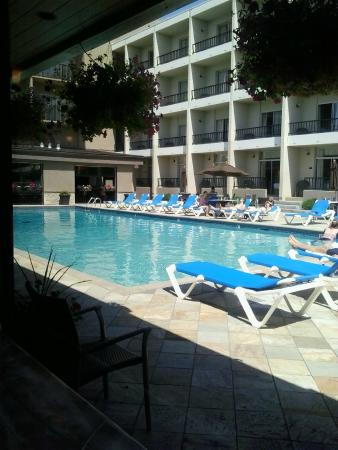 Coast Capri Hotel Kelowna: The pool is gorgeous, with shades of blue and lots of direct sun.