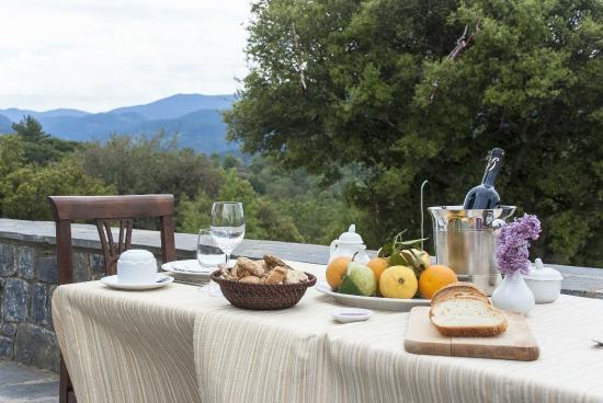 Aiora Luxury Suites: Γεύμα στην αυλή
