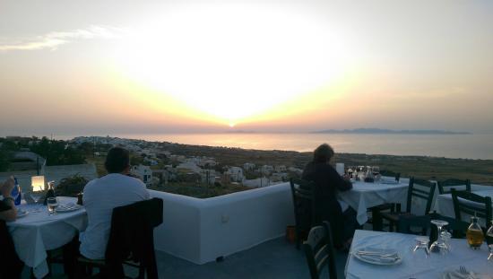 Finikia Restaurant : вид на закат с террасы ресторана