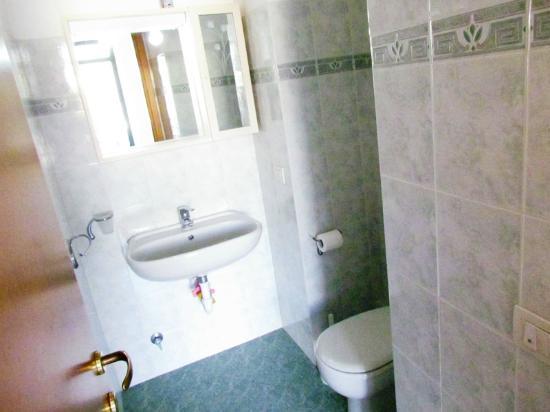 Bagno di servizio all ingresso dell alloggio rosa bild von