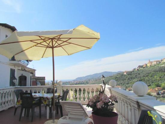 Azienda Agrituristica Bellavista: Parte privata di 25 mq di una terrazza grande 55 mq dell'alloggio ROSA con vista aperta sul paes