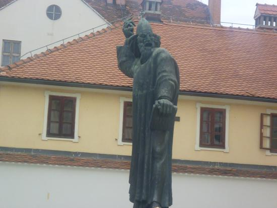 Grgur Ninski: сам памятник ближе
