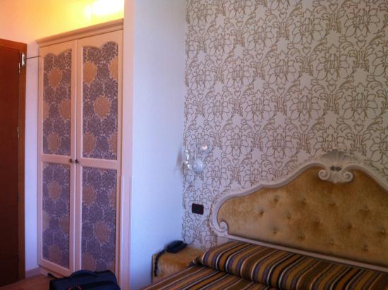 Atlanta Augustus: Hotel room