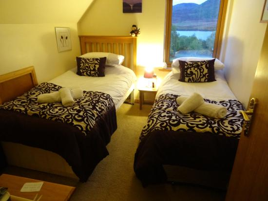 Gorthleck, UK: Twin bed room, beautiful view Loch Mohr