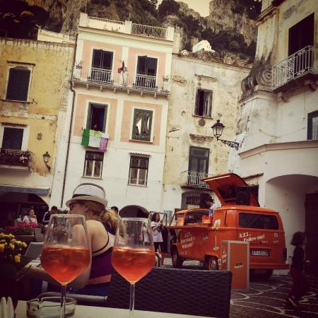 Me.Fra Camere di Sonia Criscuolo: The main square in Atrani, a perfect place for an evening drink