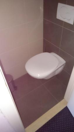 Hotel St. Pol.: Toilet - for people under 2 metres tall only